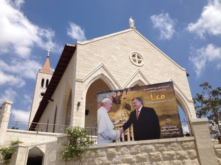 A sign welcoming Pope Francis to Jordan