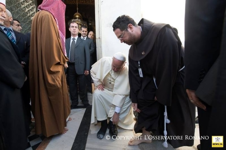 pope-removes-shoes.jpg
