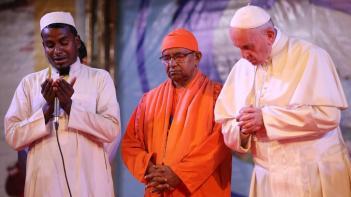 wo03-Bangladesh-Pope